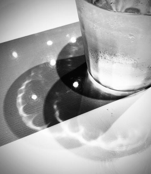 02.8月 グラスの影.jpg