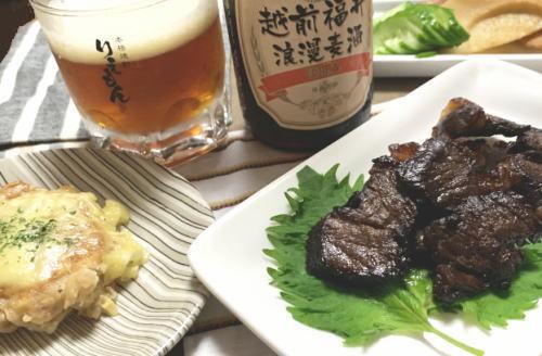 ビールと干し肉とチーズバーグ.jpg